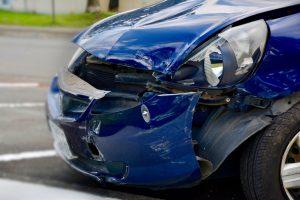 crimes de trânsito - carro azul com a frente amassada